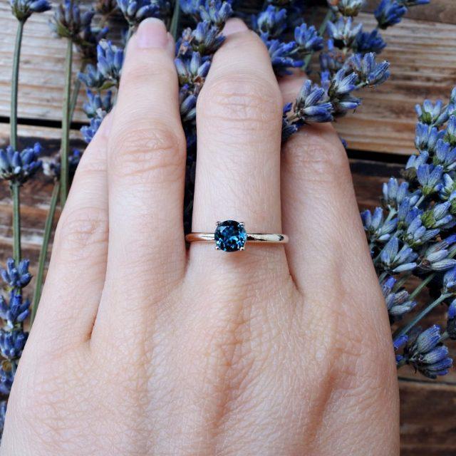 Anello con pietra blu
